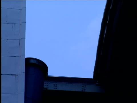 stockvideo's en b-roll-footage met a telescope retracts from an opening in an observatory. - de ruimte en astronomie