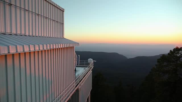 telescope turns - sloan digital sky survey on mountaintop / sunspot, new mexico, usa - wop productions stock-videos und b-roll-filmmaterial