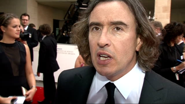 vidéos et rushes de red carpet arrivals steve coogan speaking to reporter steve coogan interview sot on alan partridge film due to be made in 2012 / on his recent series... - steve coogan
