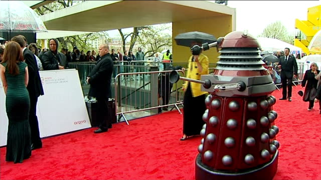 stockvideo's en b-roll-footage met london royal festival hall ext / raining bv matt le blanc having photograph taken with fan olivia colman having photoraph taken with fan dalek on red... - charmant