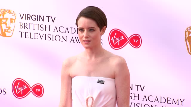 vídeos y material grabado en eventos de stock de red carpet photocalls georgia toffolo posing claire foy posing unidentified woman posing natasha kaplinsky posing with unidentified people louise... - martin freeman