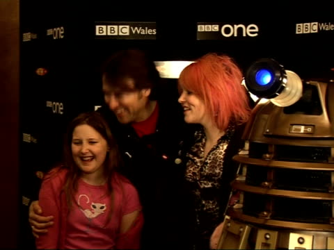 celebrity interviews at launch of 'doctor who' series 3; jonathan ross with two children posing with dalek jonathan ross and daughters interview sot... - doctor who stock videos & royalty-free footage