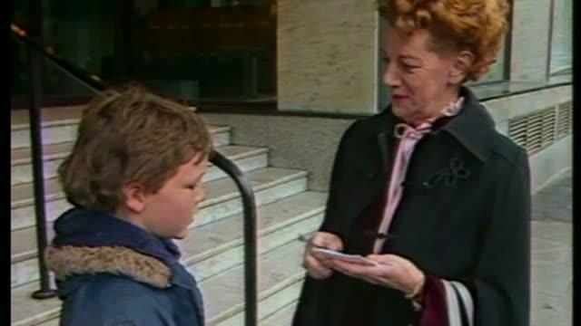 coronation street actress jean alexander dies aged 90; as100685005 / tx 10.6.1985 england: manchester: ext close shot of autograph 'jean alexander'... - såpopera bildbanksvideor och videomaterial från bakom kulisserna