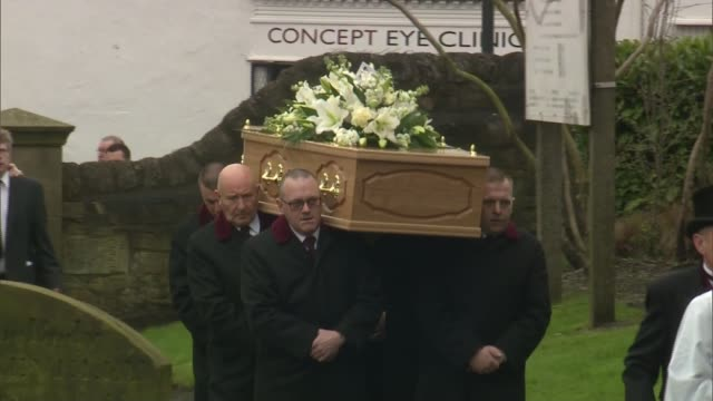 funeral of this morning agony aunt denise robertson england tyne and wear sunderland sunderland minster ext pallbearers carry coffin towards minster... - denise robertson stock-videos und b-roll-filmmaterial