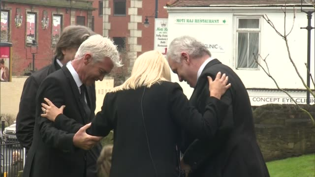stockvideo's en b-roll-footage met funeral of this morning agony aunt denise robertson phillip schofield holly willoughby and eamonn holmes and others stand talking ahead of funeral - eamonn holmes