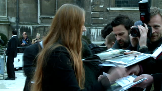 'game of thrones' season 4 london premiere ext sophie turner signing autographs for fans outside launch event / fans behind barriers / turner posing... - autographing stock videos & royalty-free footage