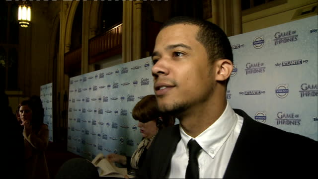 stockvideo's en b-roll-footage met 'game of thrones' season 4 london premiere jacob anderson chatting to press / game of thrones cast being interviewed at launch of season 4 / 'game of... - ensemble lid