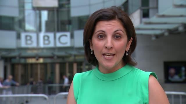 vídeos de stock e filmes b-roll de great british bake off presenters sue perkins and mel giedroyc to leave show london ext reporter to camera - mel giedroyc