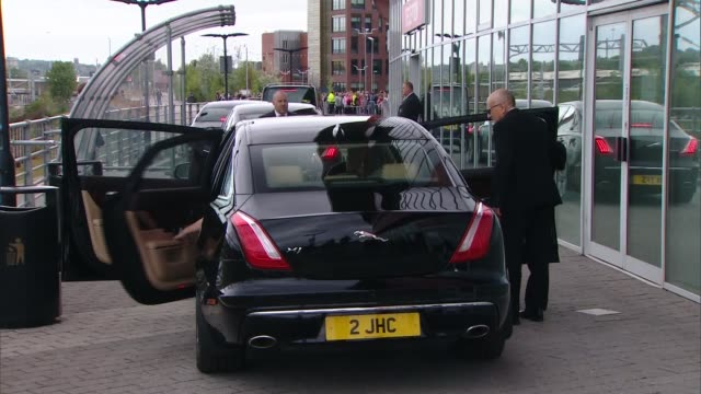 gvs of barry chuckle funeral in rotherham england yorkshire rotherham fc ext mourners at funeral of barry chuckle into cars at end of funeral and... - privatfahrzeug stock-videos und b-roll-filmmaterial