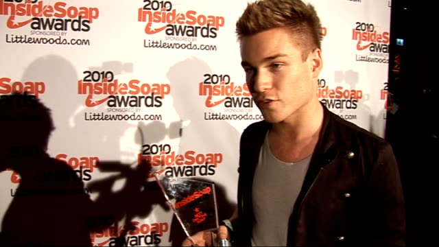 vidéos et rushes de inside soap awards 2010 red carpet arrivals sam clark speaking to press / interview sot on accepting the best daytime soap award for neighbours /... - rock moderne