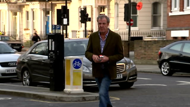 jeremy clarkson appears to suggest he may not return to 'top gear'; england: london: ext jeremy clarkson along road and towards press photographers - ジェレミー クラークソン点の映像素材/bロール