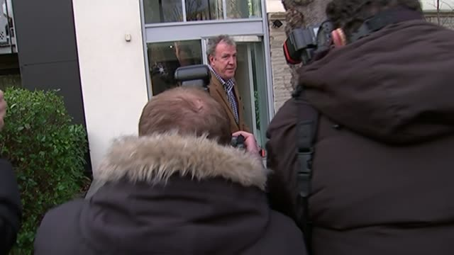 stockvideo's en b-roll-footage met jeremy clarkson sacked by bbc; england: london: ext **flashlight photography** jeremy clarkson from his apartment block adn along through scrum of... - adn