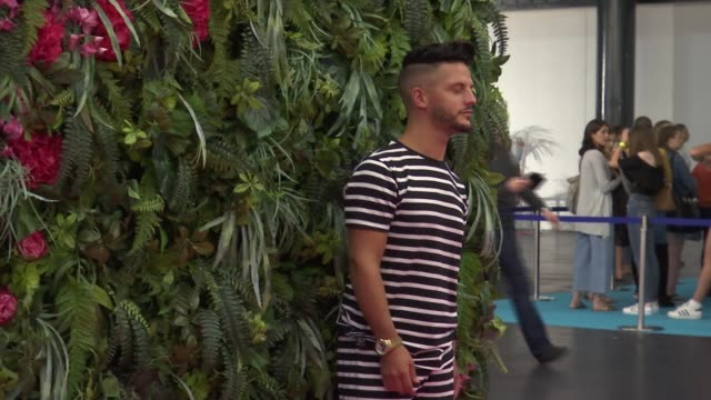 vidéos et rushes de 'love island live' event at excel centre england london excel centre int various of 'love island' event with contestants posing with fans - concurrent