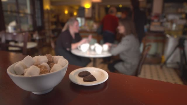 stockvideo's en b-roll-footage met 'midsomer murders' town in row over building plaques england oxfordshire thame general view rumsye's chocolaterie gvs cafe kate rumsey interview sot... - oxfordshire