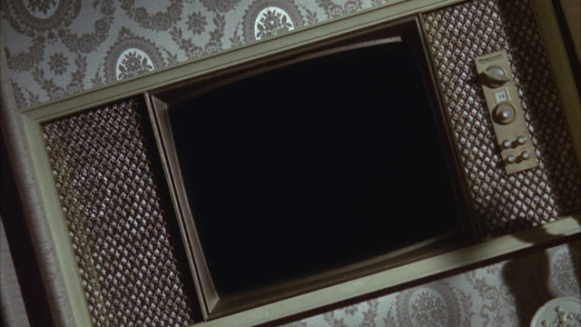 vidéos et rushes de 1966 cu canted television set with blank screen against wall - écran blanc