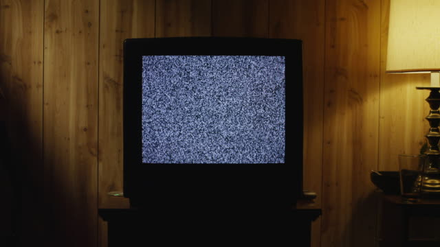 ms zi television static on tv set in living room / orem, utah, usa - televisione a ultra alta definizione video stock e b–roll