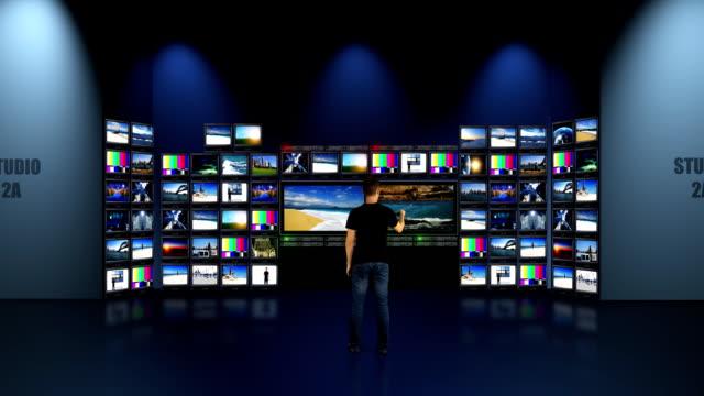 vídeos de stock, filmes e b-roll de estúdio de televisão - sala de controle