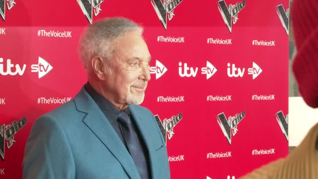 'the voice uk' launch england london int william posing for photocall on red carpet / sir tom jones on red carpet / sir tom jones interview sot / - will.i.am stock videos & royalty-free footage