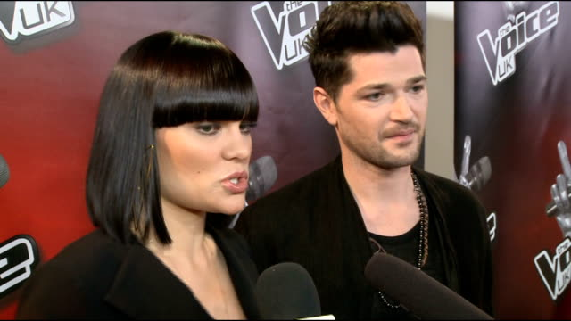 vidéos et rushes de the voice uk: series 2 launch event; danny o'donoghue and jessie j red carpet interview sot/ holly willoughby and reggie yates red carpet interview... - reggie yates