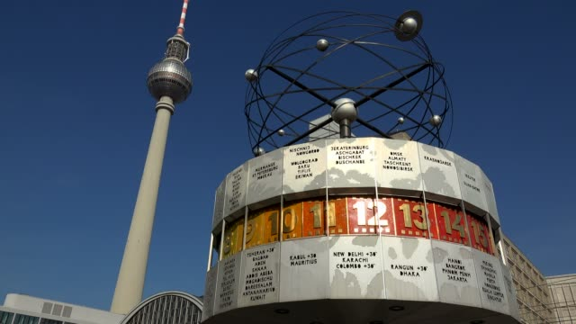 vídeos de stock, filmes e b-roll de television tower and world clock at alexanderplatz, berlin, germany, europe - torre de televisão berlim