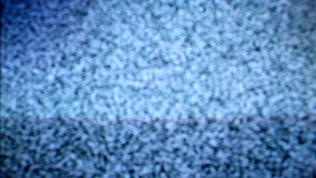 vídeos de stock e filmes b-roll de televisão com o ruído no ecrã - canal mar