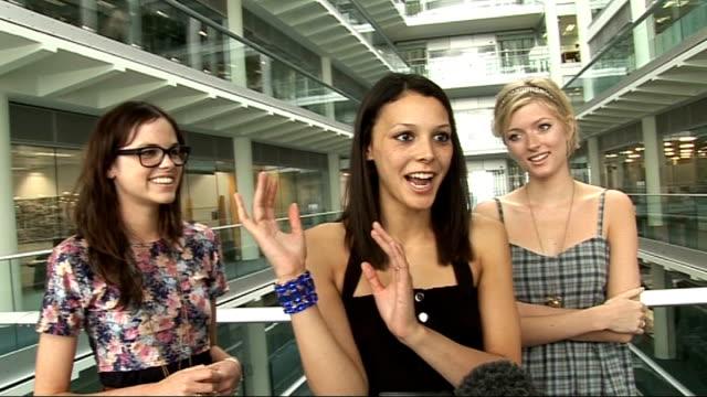stockvideo's en b-roll-footage met televsion 'britain's next top model': interview with final three contestants; jade mcsorley, mecia simsonand sophie sumner interview sot - [mecia... - spelkandidaat