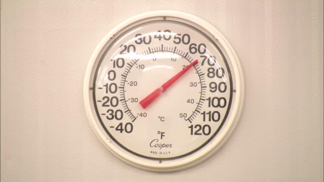 a temperature gauge reads 70 degrees. - 計測道具点の映像素材/bロール