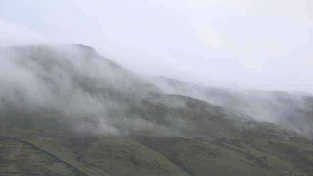 vídeos y material grabado en eventos de stock de a temperature inversion leading to valley mist over wansfell, ambleside, lake district, uk. - distrito de los lagos de inglaterra