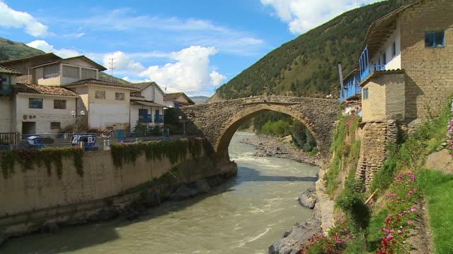 stockvideo's en b-roll-footage met temple buildings and bridge, paucartambo, peru - puente