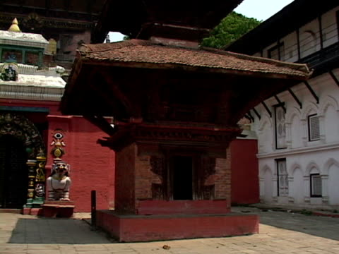 ms, temple courtyard, katmandu, katmandu valley, nepal - placca di montaggio fissa video stock e b–roll