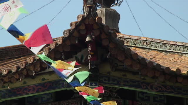 cu zo ws td temple exterior with hindu swastika wind chime, kunming, china - buddhismus stock-videos und b-roll-filmmaterial