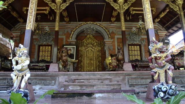 ms temple guardian in front of palace puri saren / ubud, bali, indonesia - rappresentazione di animale video stock e b–roll