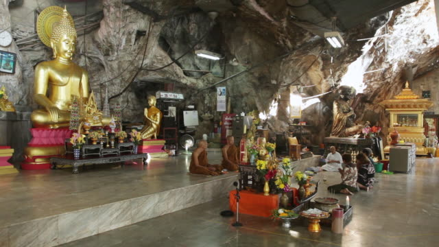 ws temple in mountain / phuket, thailand - figura maschile video stock e b–roll