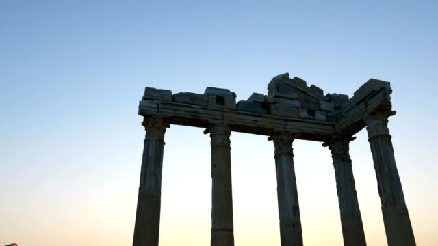 stockvideo's en b-roll-footage met tempel van apollo in de zonsondergang - rodos dodecanese eilanden