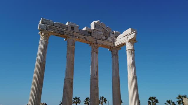 tempel der apollo-ruinen in side, antalya, türkei - architektonische säule stock-videos und b-roll-filmmaterial