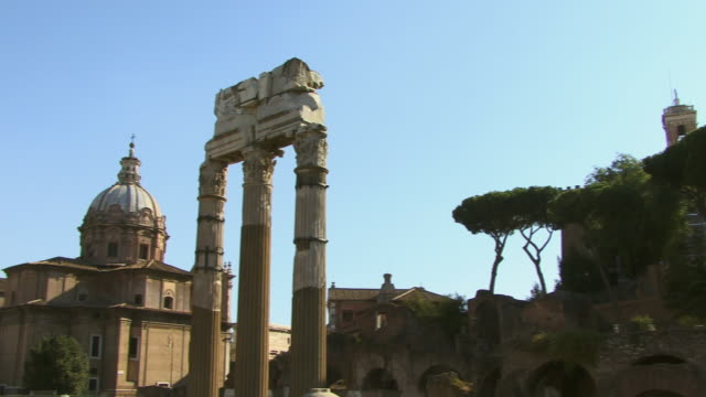 ws, pan, temple of castor and pollux, santi luca e martina church in background, roman forum, rome, italy - architrav stock-videos und b-roll-filmmaterial
