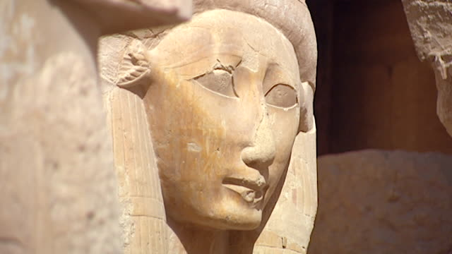 temple of hatshepsut. view of a carved head of the goddess hathor. - tempio di hatshepsut video stock e b–roll