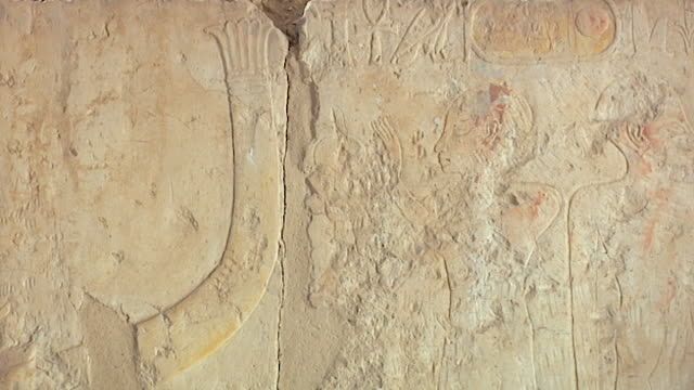 temple of hatshepsut. view of a painted figure facing the prow of a boat. - tempio di hatshepsut video stock e b–roll