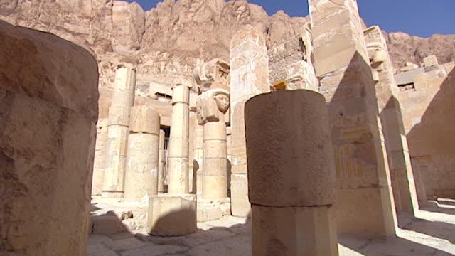 temple of hatshepsut. view of egyptologist david rohl crossing the temple. - tempio di hatshepsut video stock e b–roll
