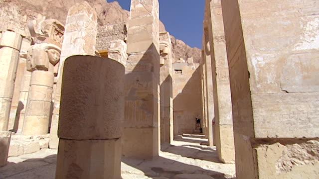 temple of hatshepsut. view of egyptologist david rohl entering the temple. - tempio di hatshepsut video stock e b–roll