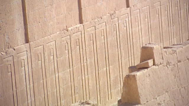 temple of hatshepsut. view of the reliefs decorating the side of the first terrace of the temple. - tempio di hatshepsut video stock e b–roll