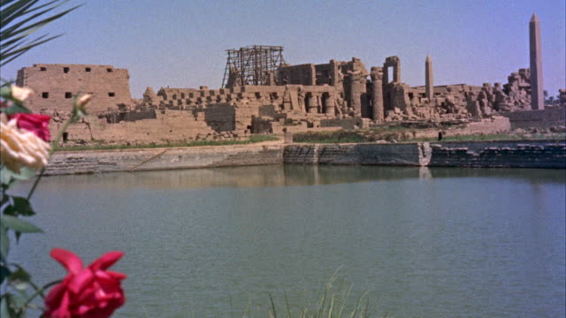 ws temple of karnak and queen hats obelisk near nile river - luxor stock-videos und b-roll-filmmaterial