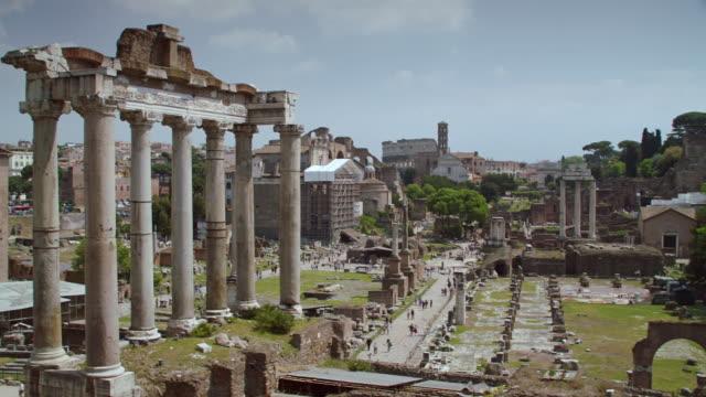 vídeos de stock, filmes e b-roll de ws pan temple of saturn at roman forum / rome, italy - ruína antiga