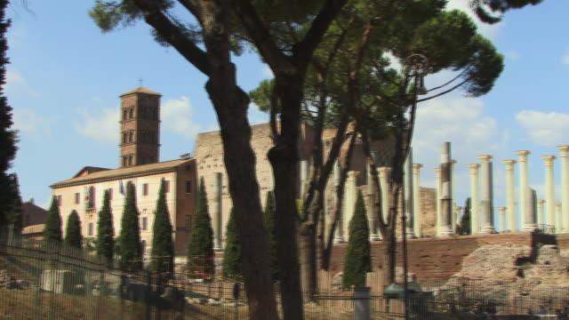 ws, pan, temple of venus and roma, campanile of santa francesca romana church in background, roman forum, rome, italy - etwa 13. jahrhundert stock-videos und b-roll-filmmaterial