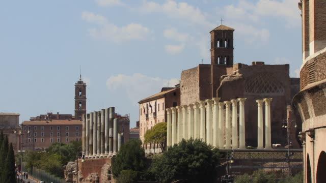zo, ws, temple of venus and roma with campanile of santa francesca romana church in background, roman forum, rome, italy - etwa 13. jahrhundert stock-videos und b-roll-filmmaterial