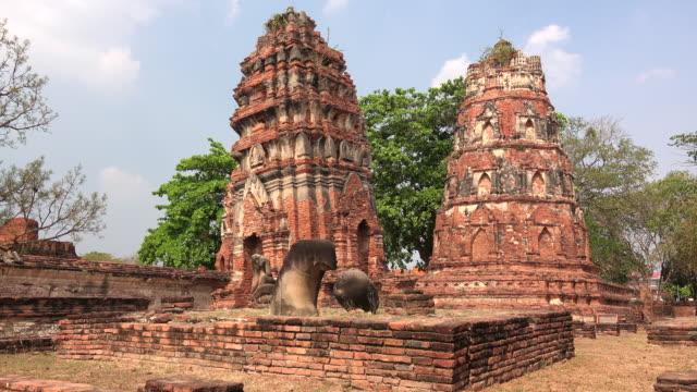 vídeos de stock, filmes e b-roll de temple ruins of wat mahathat in ayutthaya, thailand, pan - ruína antiga