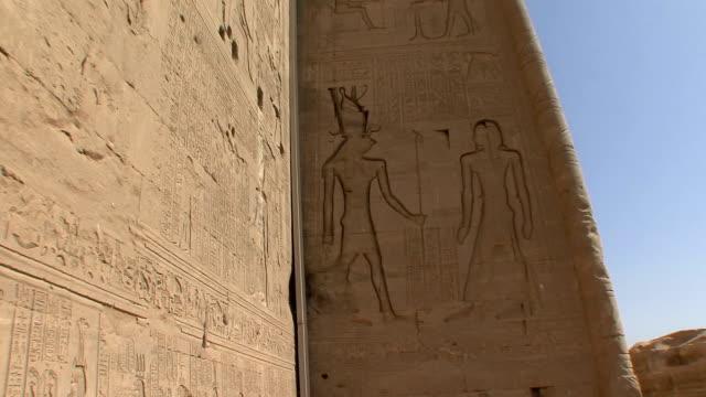 vídeos de stock, filmes e b-roll de ms zi temple wall with reliefs of egyptian life at dendera, qena, egypt - figura masculina