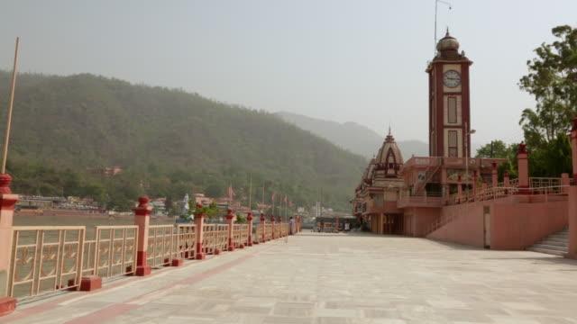 vídeos de stock, filmes e b-roll de temples at riverside, ganges river, rishikesh, uttarakhand, india - rishikesh