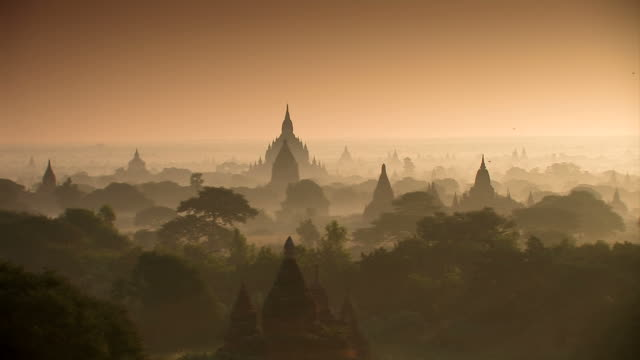 temples - bagan_schwenk - pagoda stock videos & royalty-free footage