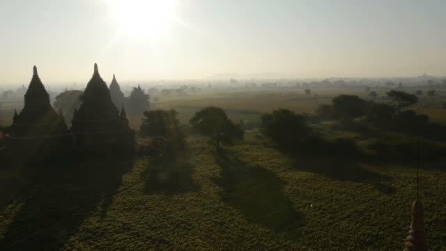 w/s temples in morning mist at dawn in bagan, myanmar - spoonfilm stock-videos und b-roll-filmmaterial